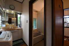 キッチン脇はバスルームの脱衣室です。(2017-10-17,共用部,BATH,1F)