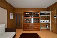 リビングの様子2。食器棚とキッチンラックが設置されています。(2019-08-22,共用部,LIVINGROOM,1F)