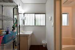 廊下から見た脱衣室の様子。左に洗面台、右に浴室があります。(2019-08-22,共用部,BATH,1F)