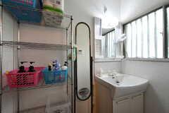 洗面用具を入れるラックと洗面台の様子。(2019-08-22,共用部,WASHSTAND,1F)