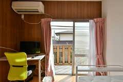 掃き出し窓からベランダに出られます。ベランダでは洗濯物が干せます。(217号室)(2019-08-22,専有部,ROOM,2F)