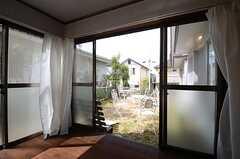 掃き出し窓の外は庭につながっています。(102号室)(2015-03-18,専有部,ROOM,1F)