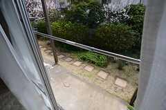 窓の外は庭につながっています。(101号室)(2015-03-18,専有部,ROOM,1F)