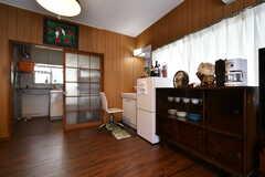壁には冷蔵庫と食器棚が設置されています。(2018-05-17,共用部,LIVINGROOM,1F)