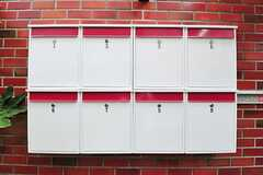 部屋ごとに用意されたポストの様子。赤いラインが可愛らしいです。(2012-05-21,周辺環境,ENTRANCE,1F)