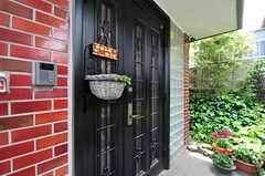 シェアハウスの玄関ドアの様子。(2012-05-21,周辺環境,ENTRANCE,1F)