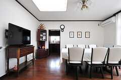 リビングの様子。奥にキッチンがあります。(2012-05-21,共用部,LIVINGROOM,2F)