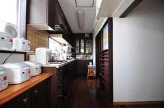 キッチンの様子.突き当たりに食器棚があります。(2012-05-21,共用部,KITCHEN,2F)