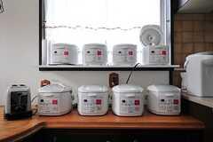 炊飯器が8台並んでいます。3合×8つ・・・、一気に50人分くらいの量は炊けます。(2012-05-21,共用部,KITCHEN,2F)
