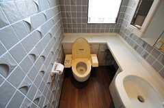 ウォシュレット付きトイレの様子。壁には面白い模様のタイルが使われています。(2012-05-21,共用部,TOILET,2F)