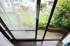 出窓なので出づらいですが、窓の外にはベランダがあります。(2012-05-21,専有部,ROOM,2F)
