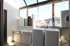 リビング脇に設置された洗面台と洗濯機の様子。(2012-05-21,専有部,ROOM,2F)