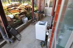掃き出し窓の外には洗濯機があります。(103号室)(2012-05-21,共用部,OTHER,1F)