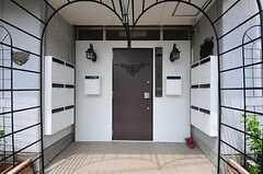 シェアハウスの正面玄関。アイアン製のアーチがキュートです。(2012-05-21,共用部,OUTLOOK,1F)