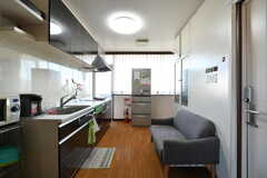 リビングの様子2。キッチンが併設されています。(2021-03-15,共用部,LIVINGROOM,4F)
