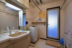脱衣室の様子。洗面台と洗濯機が設置されています。(2021-03-15,共用部,BATH,4F)