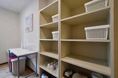 棚には専有部ごとに収納スペースが用意されています。下段は食器類が収納されています。(2020-06-18,共用部,KITCHEN,3F)