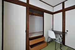 専有部の様子2。押入れ収納付きです。押し入れ内にはポールが渡されているので洋服も掛けられます。(301号室)(2020-06-18,専有部,ROOM,3F)