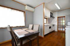 ダイニングテーブルの様子。奥がキッチンです。(2019-06-03,共用部,LIVINGROOM,1F)