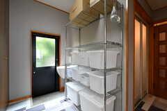 バスグッズや洗剤などを収納しておける収納ボックスが部屋ごとに2個使えます。ラックの上段は共用です。(2019-06-03,共用部,OTHER,1F)