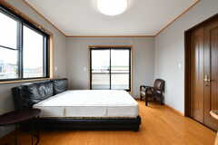 専有部の様子4。掃き出し窓からはベランダに出られます。(201号室)(2019-06-03,専有部,ROOM,2F)