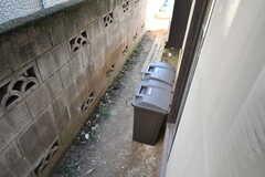 掃き出し窓の外にゴミ箱があります。指定の収集日まで外でゴミを保管できます。(2020-01-09,共用部,LIVINGROOM,1F)