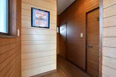 廊下の様子。右手前が201号室、奥が202号室、左手にトイレがあります。(2020-01-09,共用部,OTHER,2F)