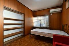 専有部の様子。奥の窓からベランダに出られます。(201号室)(2020-01-09,専有部,ROOM,2F)