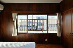 窓からベランダに出られます。(202号室)(2020-01-09,専有部,ROOM,2F)