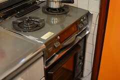 ガスコンロの様子。グリルとオーブン付きです。(2016-01-25,共用部,KITCHEN,2F)