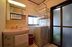 脱衣室には洗面台と洗濯機が設置されています。(2016-01-25,共用部,BATH,2F)