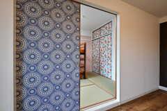 部屋の扉も押し入れの扉もかわいい柄です。(1093号室)(2017-08-09,専有部,ROOM,1F)