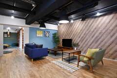 リビングの様子。元々集会所と専有部だったふたつの空間を、ひとつにつなげています。(2017-10-04,共用部,LIVINGROOM,1F)