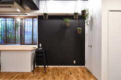 壁の一部は黒板塗装。(2017-10-04,共用部,LIVINGROOM,1F)