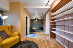 廊下を兼ねた読書スペース。(2017-10-04,共用部,LIVINGROOM,1F)