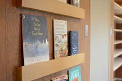 絵本やレシピ本も置かれています。(2017-10-04,共用部,LIVINGROOM,1F)