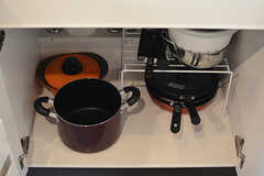 鍋やフライパンはヒーターの下に収納されています。(2017-10-04,共用部,KITCHEN,1F)