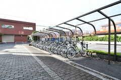 自転車置き場の様子。ひとり1台、レンタル自転車が用意されています。(2017-10-04,共用部,GARAGE,1F)