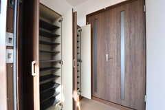 玄関から見た内部の様子。靴箱は専有部ごとにスペースが決められています。内扉の先が廊下です。(2017-03-23,周辺環境,ENTRANCE,1F)