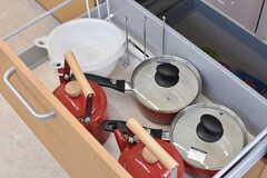 ガスコンロの下は共用の鍋やボウルが収納されています。(2017-03-23,共用部,KITCHEN,)