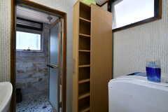 脱衣室には収納棚が設置されています。(2018-07-24,共用部,OTHER,2F)