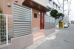 玄関と道路の間にはパーテーションが設置されています。(2013-04-19,周辺環境,ENTRANCE,1F)