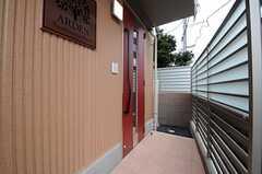 シェアハウスの玄関ドアの様子。(2013-04-19,周辺環境,ENTRANCE,1F)