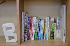 他ジャンルの本が並んでいます。(2013-04-19,共用部,LIVINGROOM,1F)