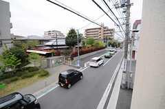 窓から見た風景。車通りは少し多めです。(205号室)(2013-04-19,専有部,ROOM,2F)