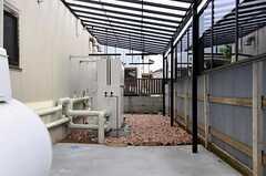 自転車置場と物干し場の様子。  (2011-05-13,共用部,GARAGE,1F)