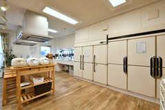 キッチンの様子。業務用冷蔵庫が設置されています。(2017-12-19,共用部,KITCHEN,1F)