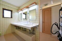 洗面台の様子。奥はトイレです。(2017-12-19,共用部,WASHSTAND,3F)