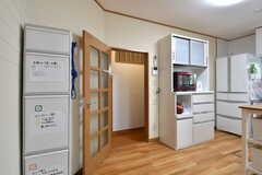 キッチンの様子3。ドアの先は廊下です。ドアの脇にゴミ箱が設置されています。(2019-04-17,共用部,KITCHEN,1F)