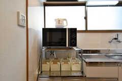 収納棚の様子。電子レンジが置かれています。(2019-04-17,共用部,KITCHEN,2F)